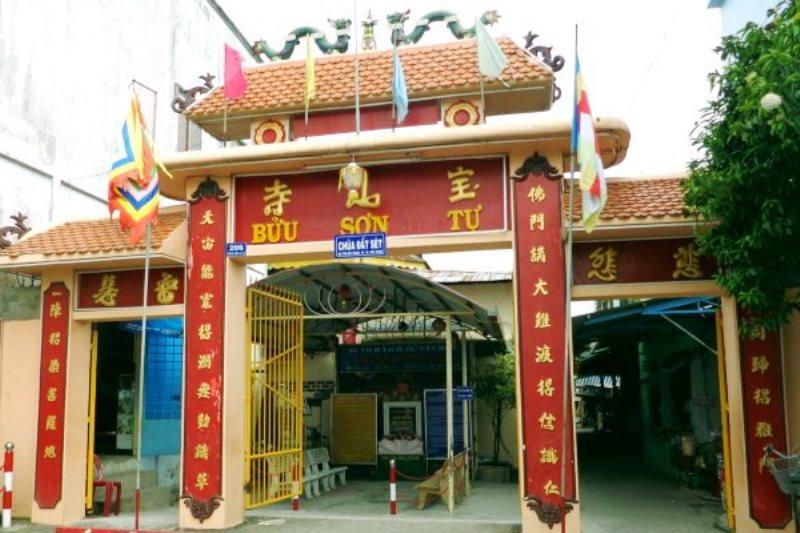 Cổng chùa Đất Sét, đề là: Bửu Sơn tự