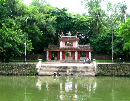  Cổng tam quan chùa Diệu Đế xây dựng theo lối kiến trúc hai mái đặc trưng của Huế