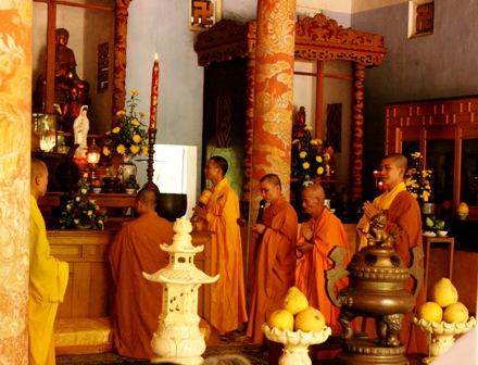Chính điện chùa hiện nay có 4 cột đúc giả gỗ sơn vẽ hình rồng trong mây.