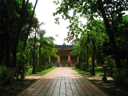 Bên ngoài sân chùa Diệu Đế khiến cho khách thập phương cảm thấy yên bình