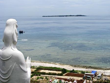Từ chùa, theo hướng tượng Quán Thế Âm nhìn ra hướng biển cảnh đẹp như tranh