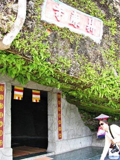 các điện thờ nằm sâu trong lòng núi