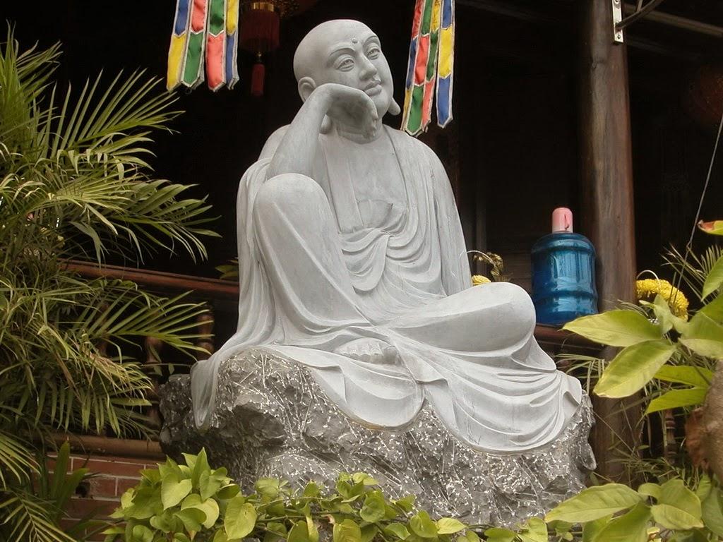 Các pho tượng trong chùa