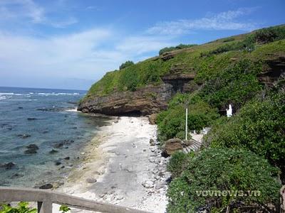 Chùa Hang là ngôi chùa nằm sâu trong hang núi đá, trên đảo Lý Sơn.