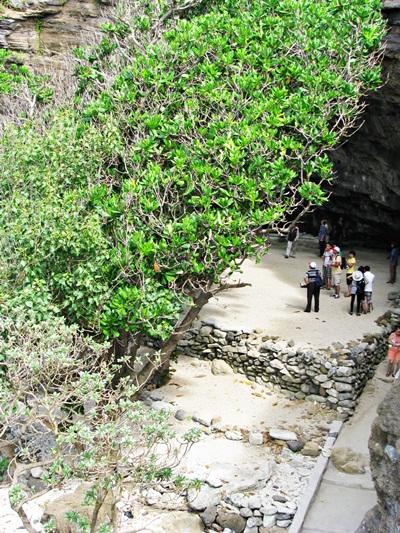 phải men theo lối giữa hai sườn núi để đến Chùa Hang