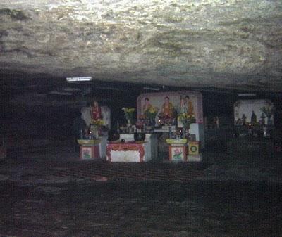 Bên trong chánh điện chùa Hang