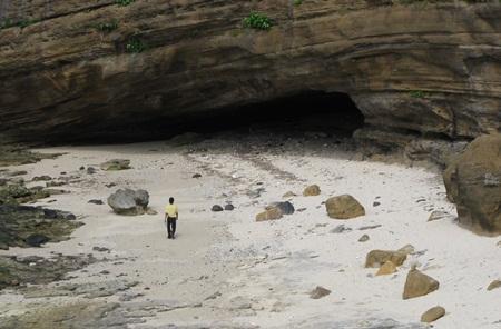 Kiến trúc chùa tạo nên từ các hang động nằm trong lòng núi Thới Lới