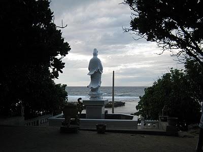 Tượng Bồ-tát Quan Âm lộ thiên (chùa Hang) nhìn ra biển Đông
