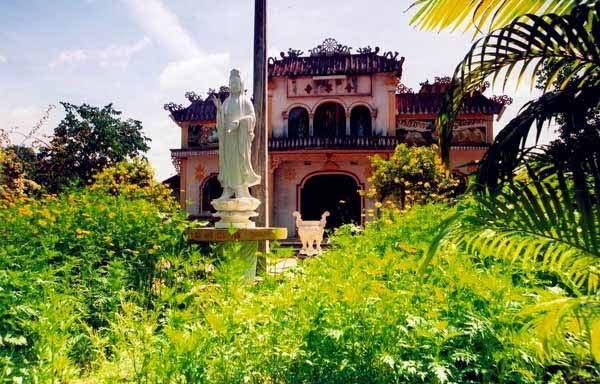 Phía chính diện chùa