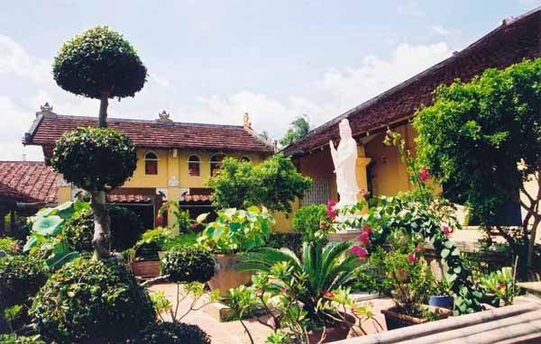 Khuôn viên chùa