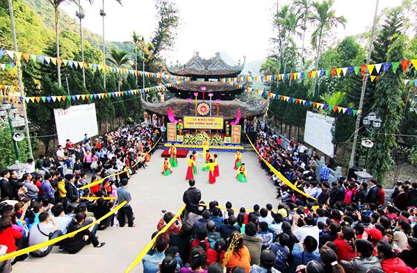 Không khí lễ hội náo nhiệt ở Chùa Hương dịp chính lễ.