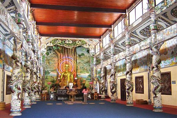 Chánh điện chùa Linh Phước