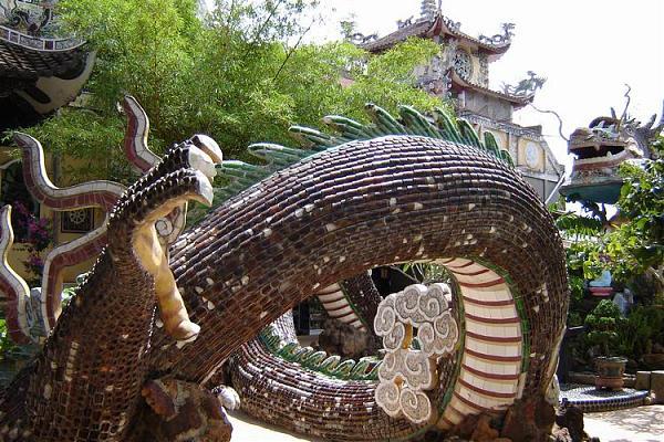 Thân con Rồng được được đắp bằng các mảnh vỡ của 50 nghìn vỏ chai bia