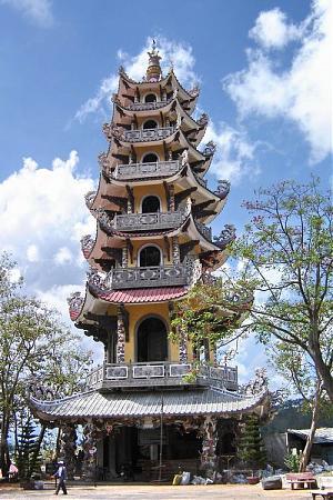 Tòa Linh tháp bảy tầng trước Long Hoa Viên