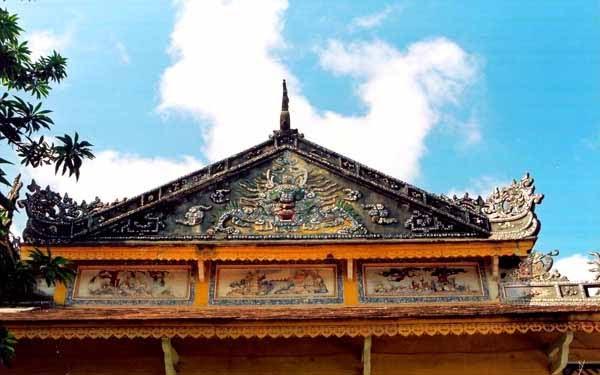 Trang trí trên nóc chùa