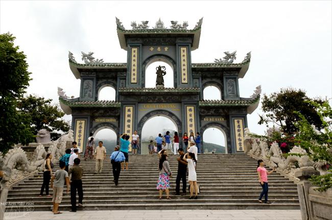Không chỉ là địa điểm tâm linh, chùa Linh Ứng hiện còn là điểm đến của nhiều du khách.