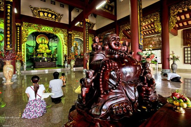 Bên trong chính điện chùa Linh Ứng.