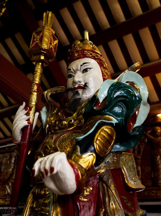 Tượng hộ pháp đặt trong chính điện chùa Linh Ứng.