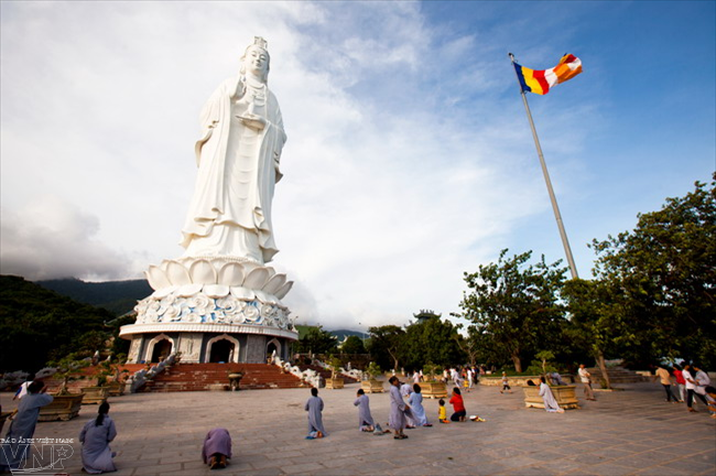 Tượng Phật Bà Quan Thế Âm trên sân chùa Linh Ứng với chiều cao 67m, đường kính tòa sen 35m, tương đương tòa nhà 30 tầng đang được xem là bức tượng Phật cao nhất ở Việt Nam hiện nay.