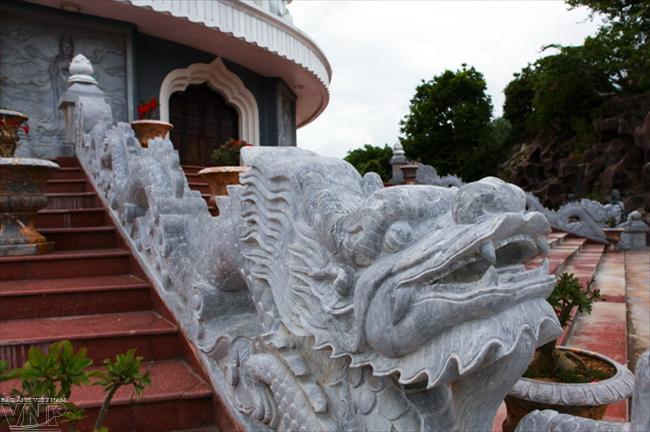 Hình tượng rồng trang trí trên đài sen bệ đỡ tòa tháp 17 tầng của pho tượng Phật Bà Quan Thế Âm.