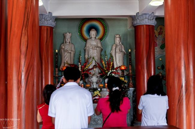 Bên trong bức tượng Phật Bà Quan Thế Âm có 17 tầng tại mỗi tầng đều đặt tượng Phật.
