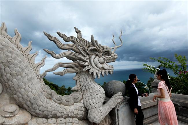 Điêu khắc rồng, linh vật xuất hiện nhiều trong kiến trúc của chùa Linh Ứng.