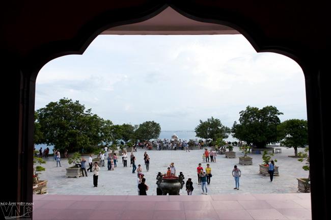Góc sân chùa Linh Ứng nhìn từ chân tòa tháp hướng ra biển.