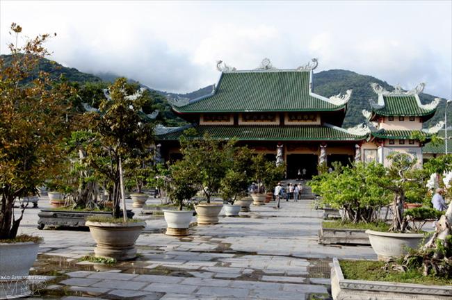 Chùa Linh Ứng Bãi Bụt là ngôi chùa lớn nhất ở thành phố Đà Nẵng.
