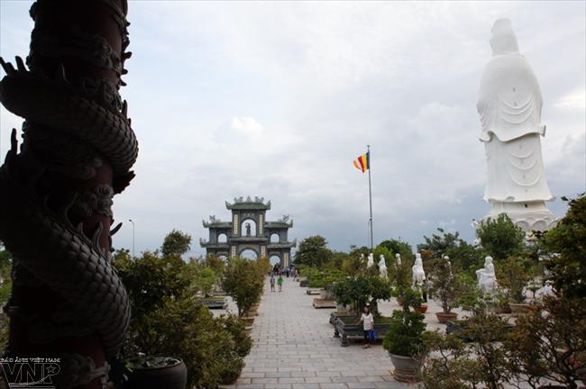 Khuôn viên rợp bóng cây xanh ở chùa Linh Ứng.