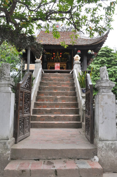 Từ sân lên sàn chùa để tụng kinh lễ bái, phải bước qua 13 bậc thang rộng 1,4m