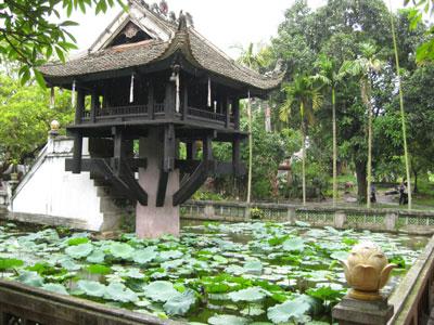 Rất đông du khách trong và ngoài nước đến tham quan vẻ đẹp độc đáo của ngôi chùa