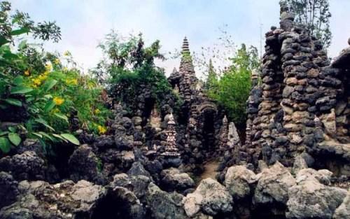 Trong chùa còn rất nhiều tháp, động, tượng được làm bằng san hô, vỏ ốc. Ảnh:vuonhoaphatgiao