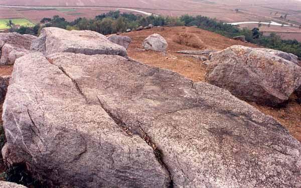 Tảng đá phẳng thường gọi là Bàn cờ Tiên