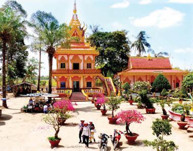 Khuôn viên chùa Chén Kiểu rất rộng với nhiều cây xanh, tạo cảm giác thật thoải mái, thư nhàn cho du khách khi đến viếng