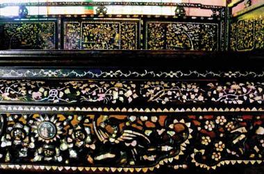 Giường gỗ được chạm khảm tinh tế của công tử Bạc Liêu được lưu giữ tại chùa