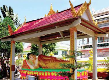 Xung quanh ngôi chùa được trang trí nhiều tượng Phật
