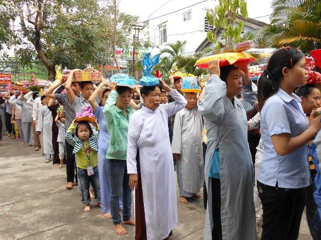 Các Phật tử thực hiện nghi thức nhiễu Phật ba vòng