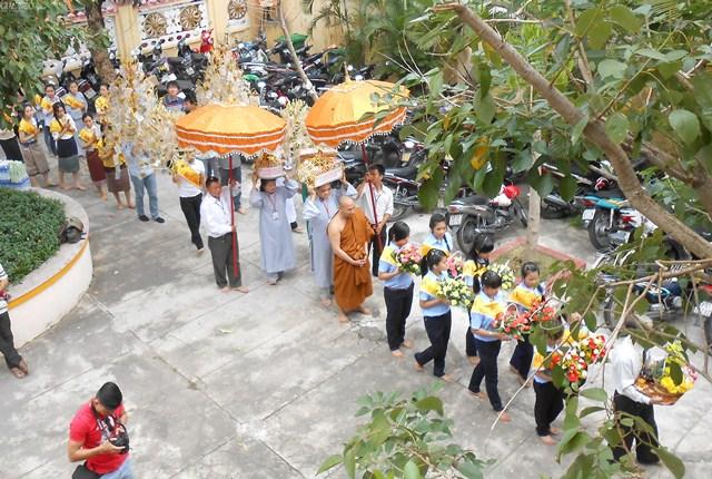 Thành kính nhiễu Phật ba vòng