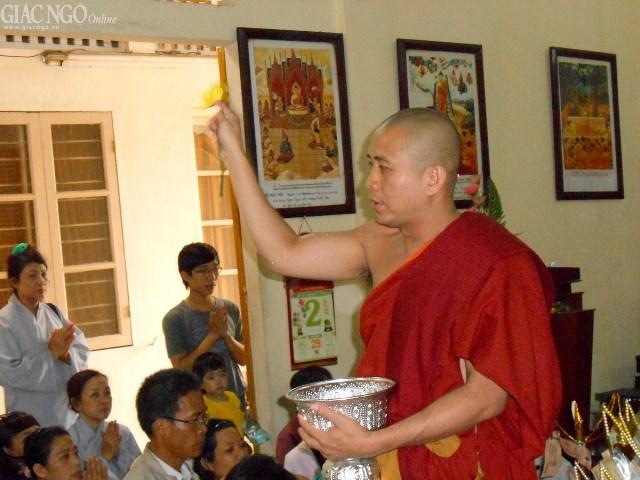 TT.Thích Chánh Định tiến hành nghi thức chúc phúc Phật tử