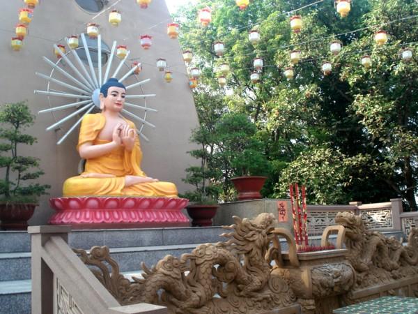 Tượng Phật Đại Nhật trên tháp