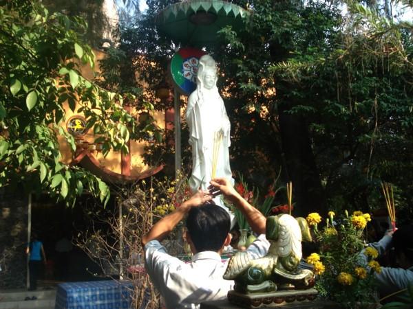 Tôn tượng Bồ Tát trước sân chùa