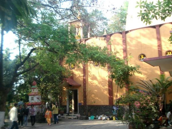 Khách viếng thăm chùa