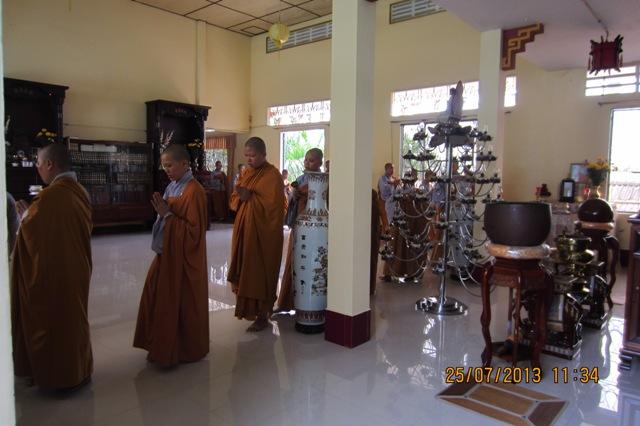 Các sư thầy làm lễ