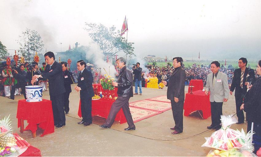 Lãnh đạo tỉnh, huyện dâng hương tại Lễ Khai hội Chùa Tiên.