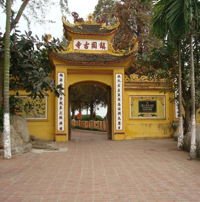 Cổng vào chùa