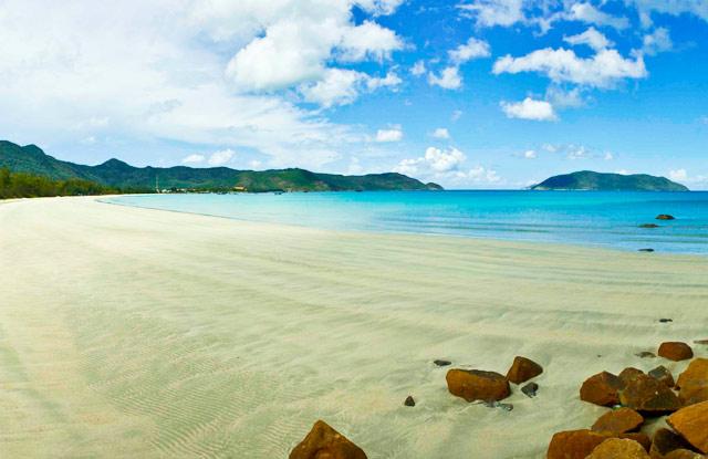 Côn Đảo - Hòn đảo được mẹ thiên nhiên ban tặng cho một vẻ đẹp hoang sơ với biển xanh ngắt và những bãi cát trắng trải dài, óng ả