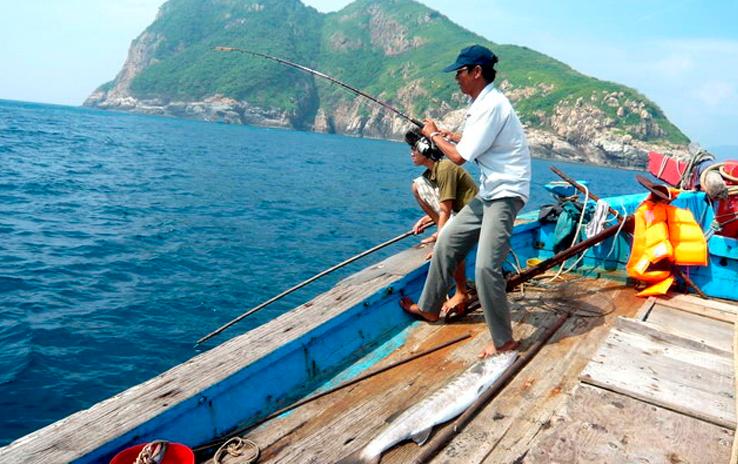 Câu cá trên Vịnh Côn Sơn.