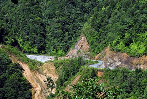 Con đường đèo ngoằng nghèo lên cổng trời