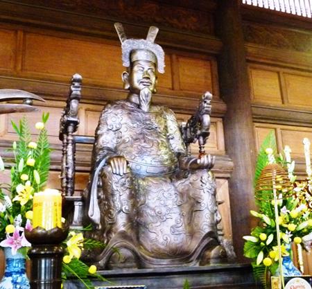 Tượng Trần Hưng Đạo bằng đồng bên trong đền thờ Đức Thánh Trần