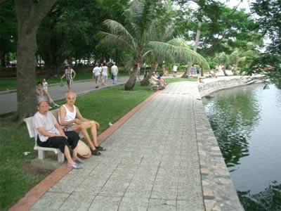 Các cụ già nghỉ ngời tại công viên
